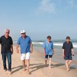Promenad med Eyad El-Sarraj (andra från vänster)  på hans favoritplats, stranden i Gaza. Foto: Yvonne Fredriksson