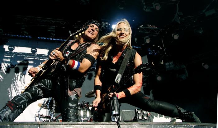 Gitarristerna Ryan Roxie och Nita Strauss i Alice Coopers band underhöll publiken både med musik och show. Foto: Janne Wass