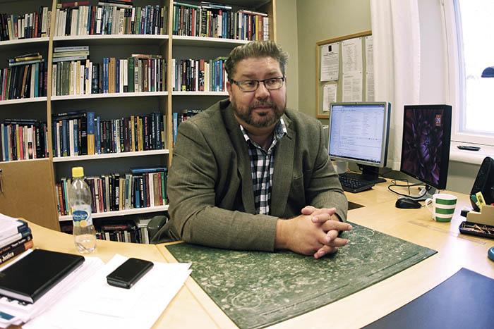 Heikki Patomäki på sitt kontor på Helsingfors universitet.