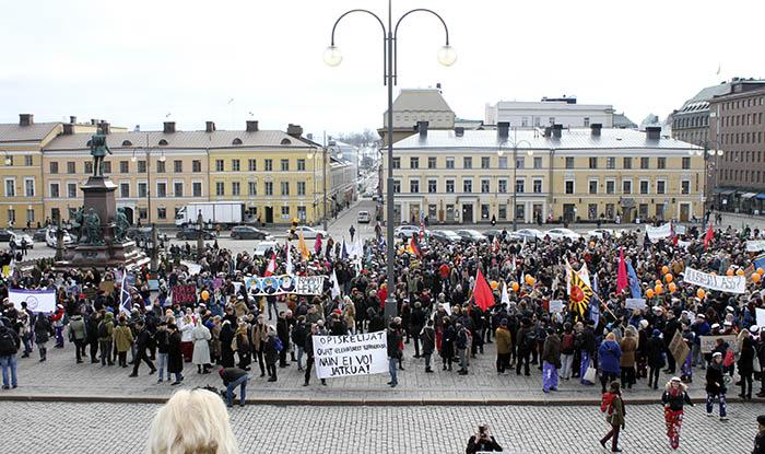 Runt 3 000 personer slöt upp på studiestödsdemonstrationen i Helsingfors.