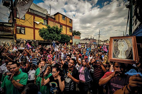 På gatan Alfarería i stadsdelen Tepito i Mexico City samlas varje månad tusentals människor för att tillbe Santa Muerte.