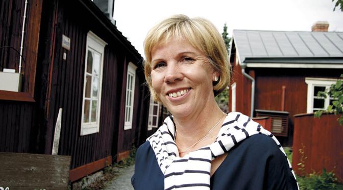 Henriksson försvarar nedskärningspolitiken