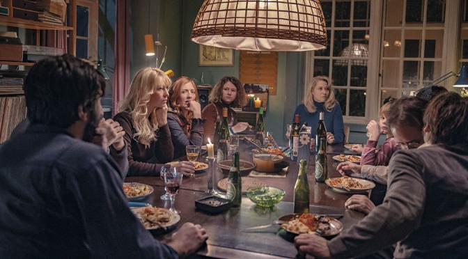 Gemenskap och kärlekskaos kring middagsbordet