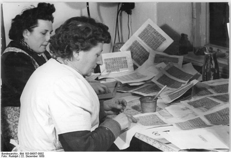 Räkning av ransoneringsmärken i Tyskland 1950. Foto CC/Bundesarchiv
