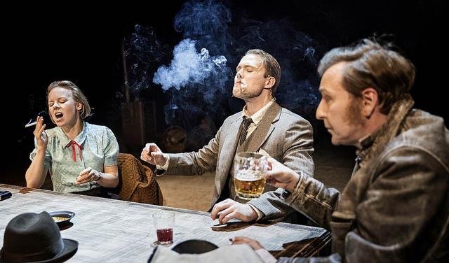 Alma Pöysti, Dennis Nylund och Mitja Sirén. Det röks så mycket i pjäsen att den kanske inte rekommenderas för folk som just slutat bolma.